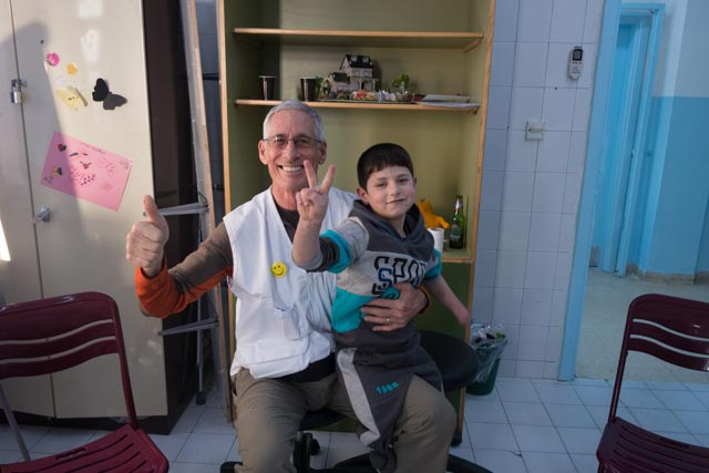 Bob Hoffman with a young trauma victim in Jordan, while serving with Doctors Without Borders (Spring 2015).