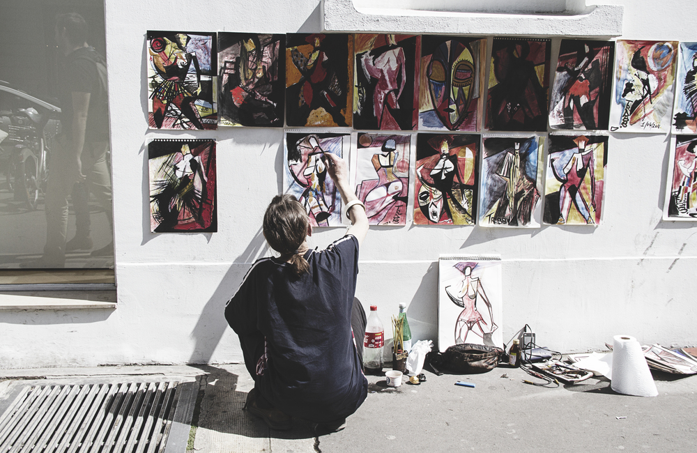 A Californian in Paris: Woman painting in the Marais