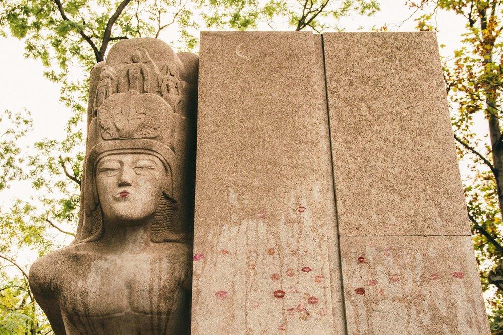 La Petite Californienne: The grave of Oscar Wilde