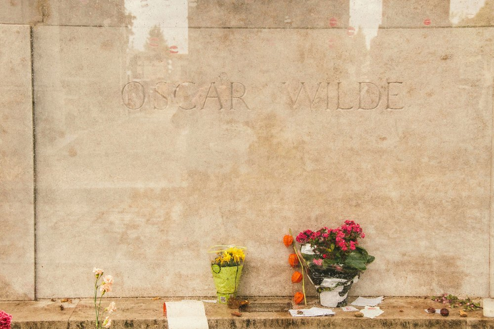 pere-lachaise-cemetery-oscar-wilde-2.jpg