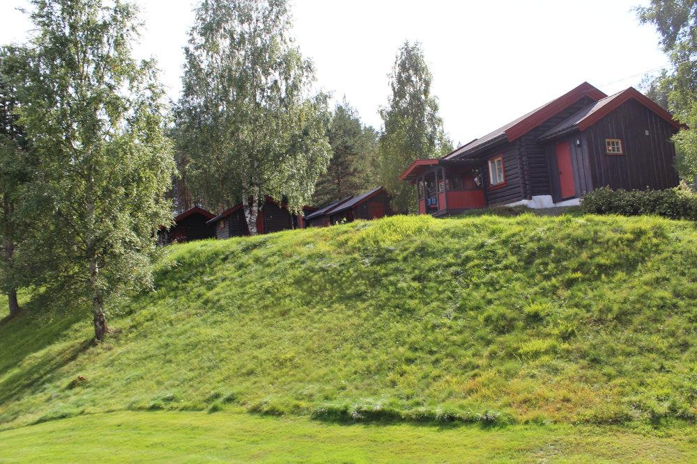 Ovenfor lydighetsbanen ligger tømmerhusene man bor i. Helt på toppen av bakken ligger det også en flott grillhytte som er åpnes ved lystig lag