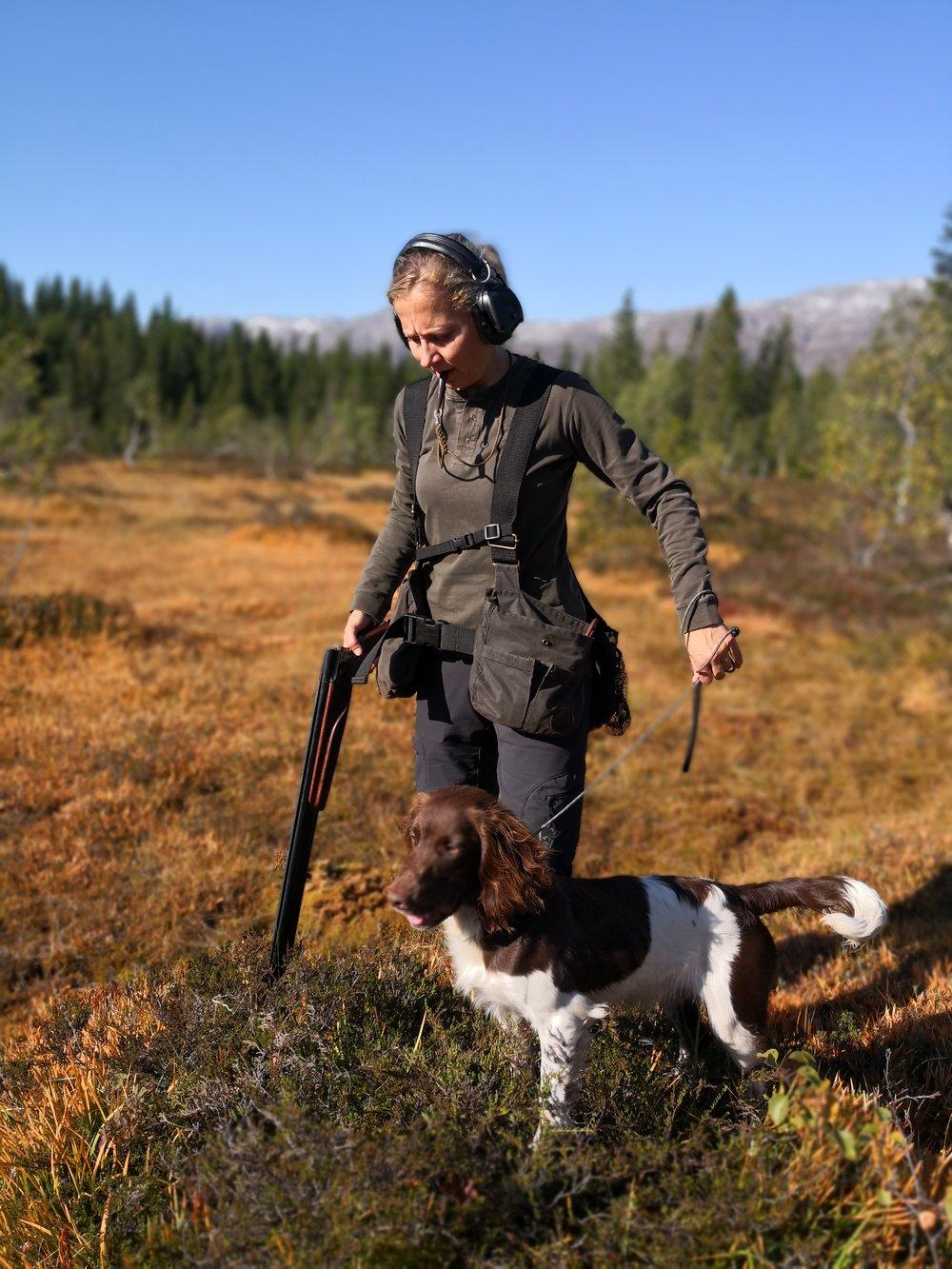 Det er mange momenter og mye å fokusere på når man skal være både hundefører og skytter. Start rolig, uten ammo. Fokuser på delmomenter og lag gode rutiner som sitter i kroppen over tid