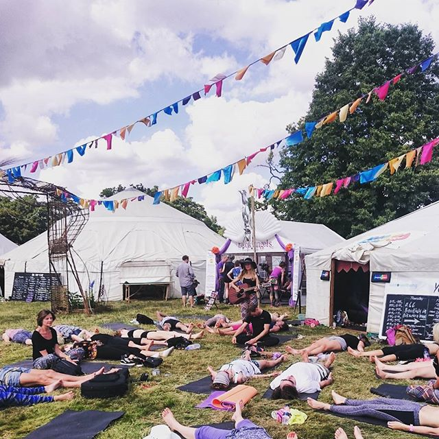 Yoga in the sunshine with a live guitar..what more could you want on a sunny afternoon @hotpodyoga @yogamattershq #yoga #sunshine #music #wellbeing #festival #goodtime