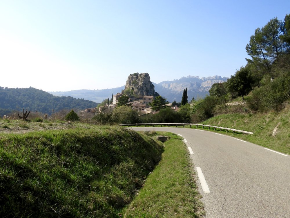 La Roque-Airic:  70 people + one big-assed rock!