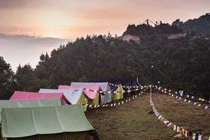 Jour 3   Vous vous réveillez avec un lever de soleil à couper le souffle et une vue sur les montagnes de l'Himalaya. Dans la matinée, nous faisons une séance de yoga. Pour les participants qui veulent explorer la région, vous pourrez vous entraîner. Vous travaillez également sur l'un de nos projets avec des organisations dans la région sud de Nuwakot.