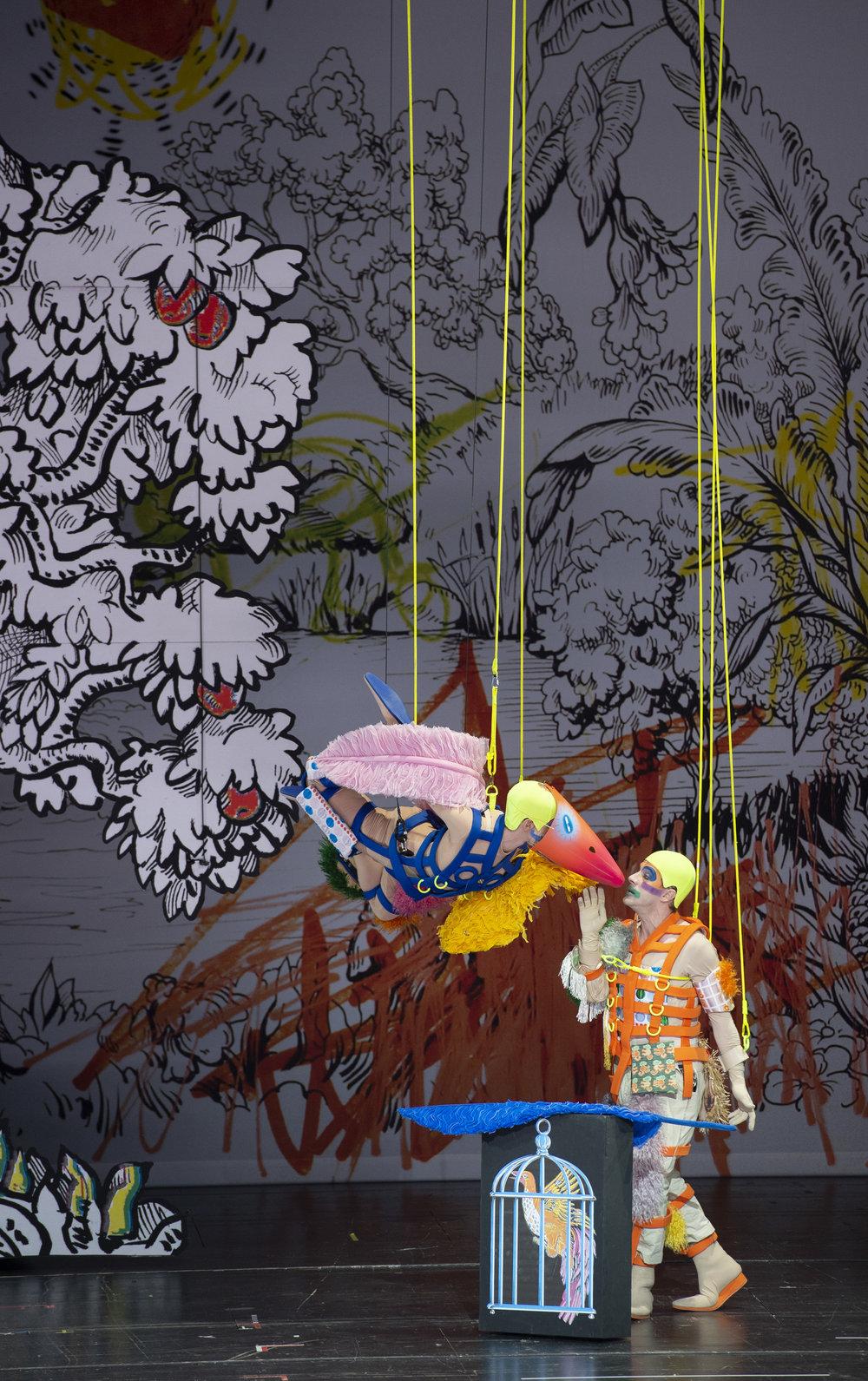 Image by Monika Rittershaus: Tänzer und Florian Teichtmeister (Papageno)