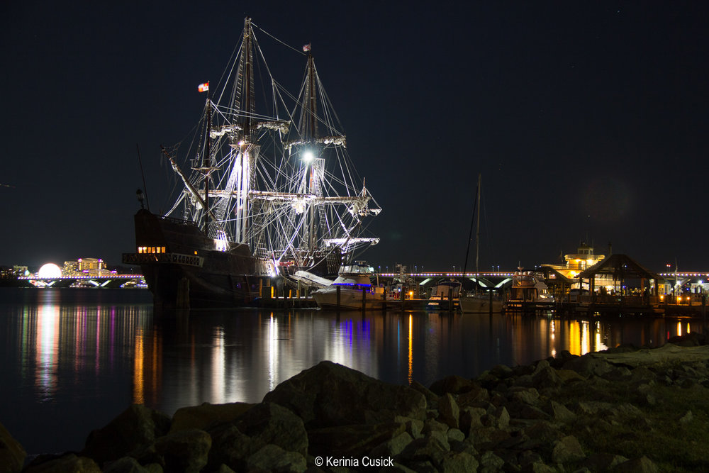 El Galeon Alexandria at Night.jpg