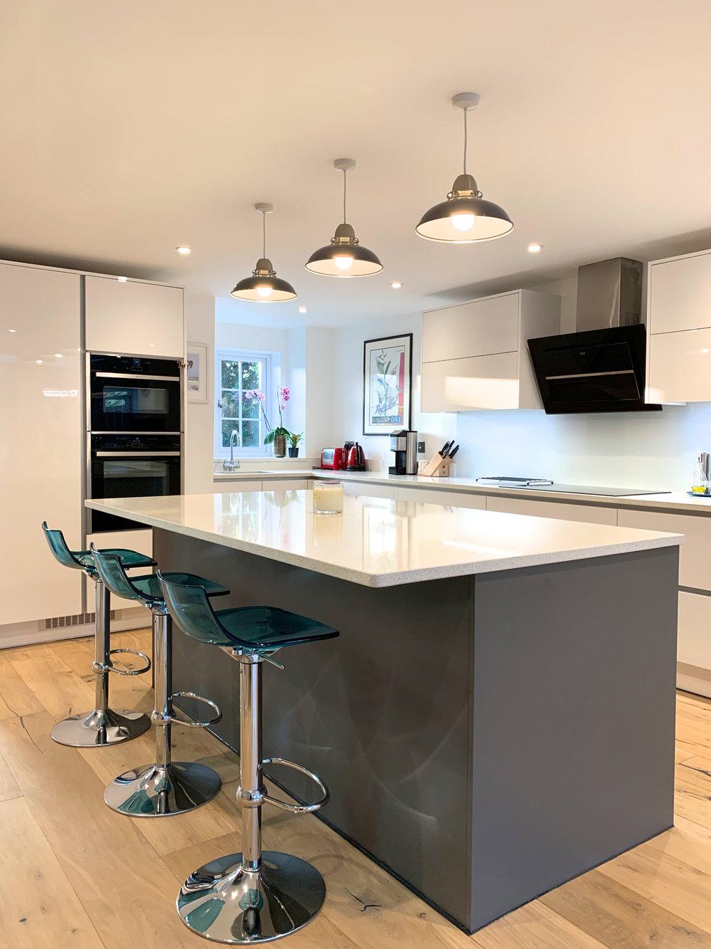 True Handleless Kitchen Wokingham Gloss & Matt Mix 1007.jpg