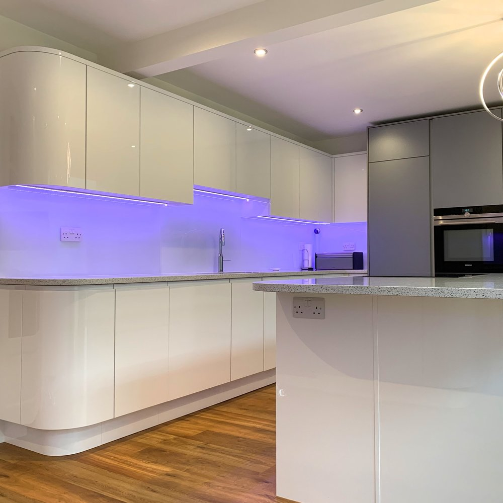 John & Di - J Profile with curved cabinets & true-handleless combination