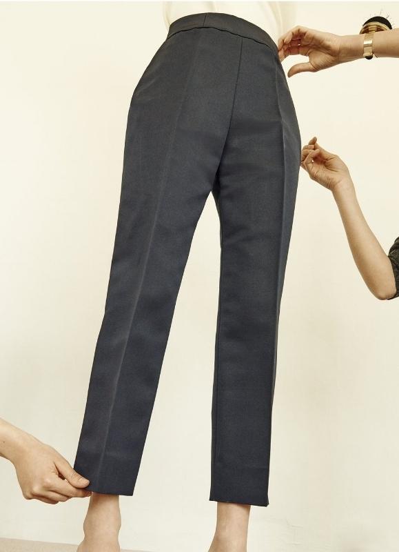 Essayage d'un pantalon gris sur mesure