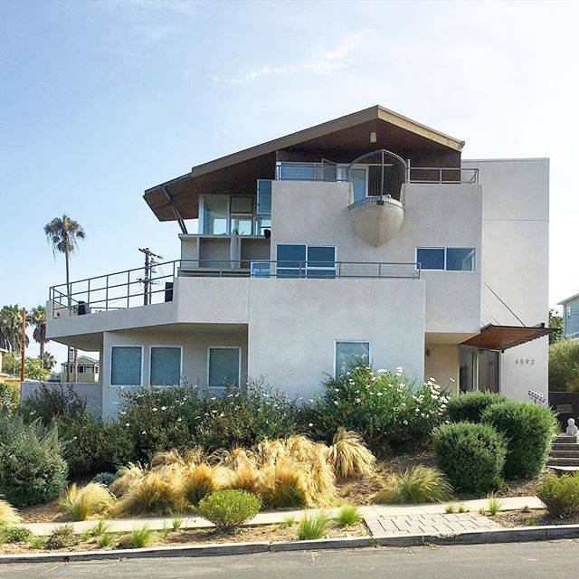 The Beach House boasts 3 stories of ocean views, including one special boat bow balcony ☝️ #neverletgojack #kingoftheworld . . . . . . .  #dwellpow #architecture #architect #beachhouse #coastal #sunsetcliffs #sandiego #sandiegodesign #family #landscapearchitecture #socal