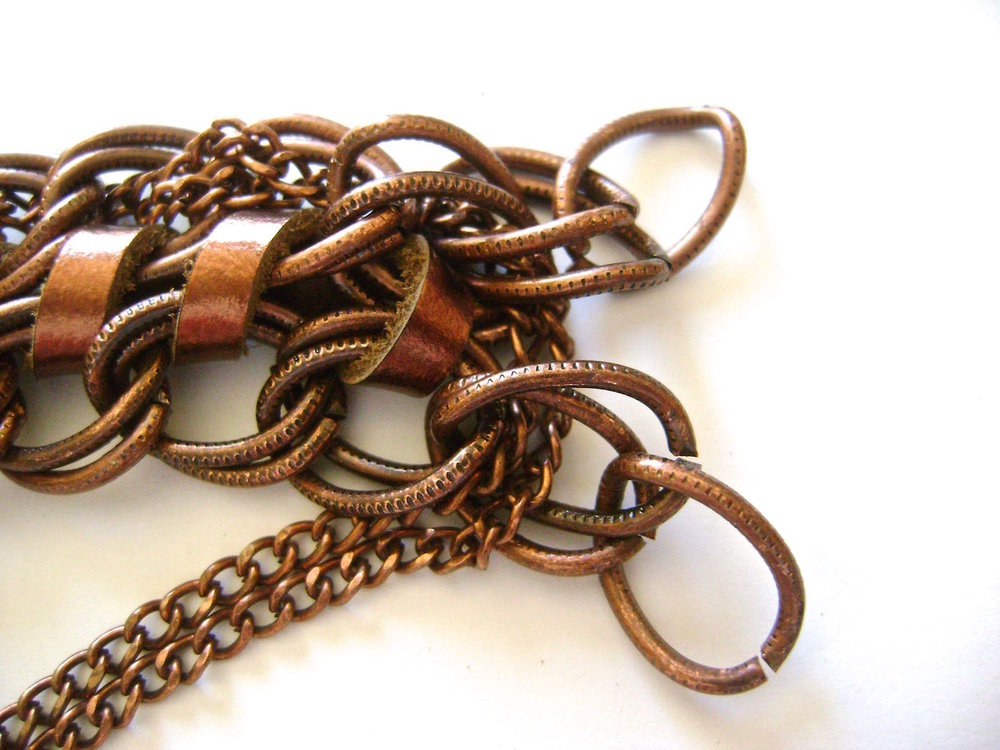 step 7 - When you get to the end, bring the chain through the double links and move to the other side of the bracelet weaving the chain.