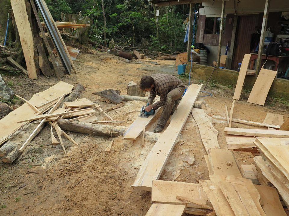 """Anschließend kann man die Bretter weiter mit der Handkreissäge bearbeiten. Die 2 3/8"""" Bretter werden in 4,5"""" und 1,5"""" breite gesägt. Dies dient später als Material für die Grundkonstruktion des Fußbodens und des Daches.  Die 1 1/4"""" werden als Bretter für den Fußboden gesägt."""