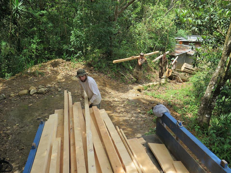 Hier beladen wir den Truck um das Holz zur Weiterbearbeitung zur Holzwerstatt zu bringen.