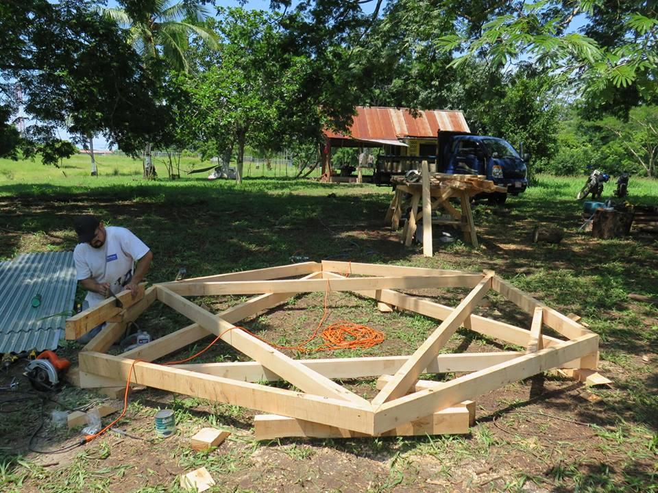Nachdem wir in Monteverde alle Materialien vorbereitet haben, wurden sie von uns nach Punta Morales transportiert.Die Grundkonstruktionen für Fußboden und Dach werden in Form von Dreiecken hergestellt.