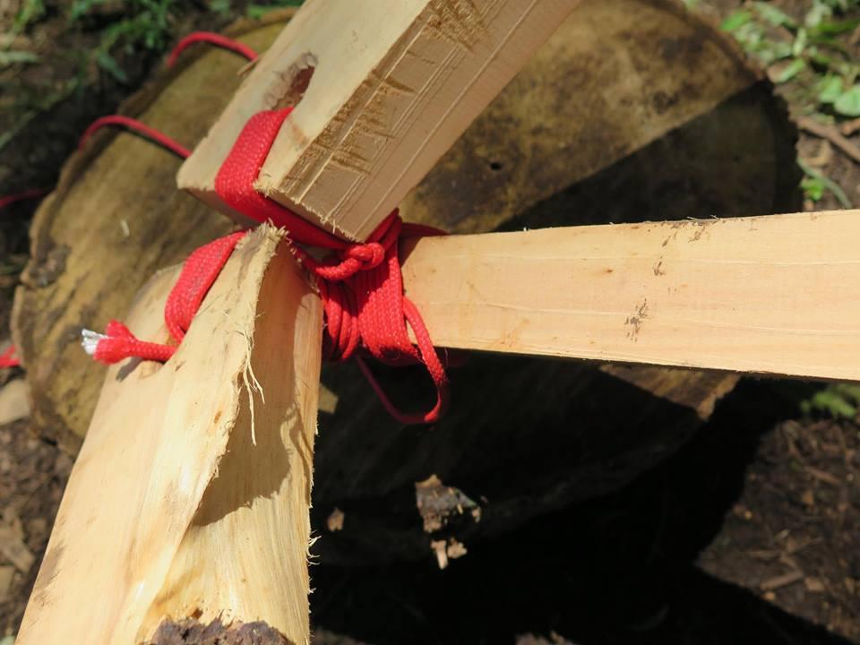 Die Holzlatten für das Dach werden nicht mit Schrauben befestigt sondern mit Schnur fest zusammen gebunden, um die Stabilität des Holzes nicht zu beeinträchtigen.