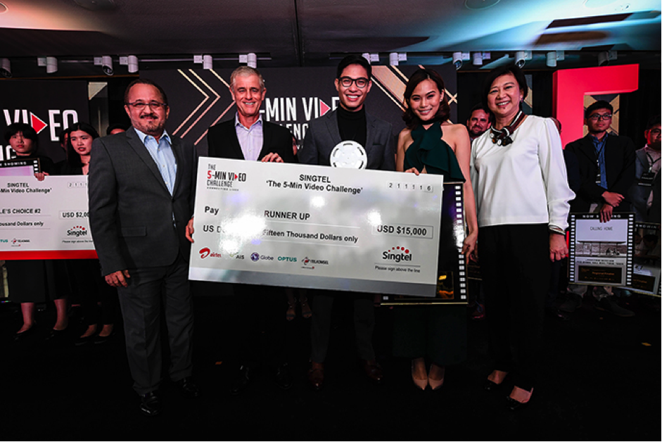 (From left): Mr Alberto de Larrazabal, CCO of Globe; Mr Simon Israel, Chairman of Singtel; Miguel Sotto; Jaz Reyes; and Ms Chua Sock Koong, GCEO of Singtel.