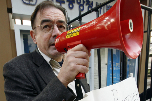 Tim Peters, a human rights activist and the founder of Helping Hands, speaks during a protest in front of the foreign ministry in Seoul, South Korea, in 2007.