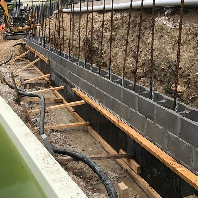 #landscapeconstruction #retainingwall #sydneylandscaper #stonecraftgardens The first meter of wall up and about to be filled ready for the next  lift of 1.6 meters.