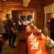 Jouluaaton illallinen odottaa vieraita pöytään.
