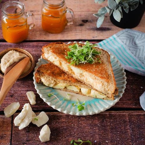 GRILLED CHEESE À L'HUMMUS ET FROMAGE EN GRAINS En ces jours de rentrée scolaire, on cherche toujours à réinventer son sandwich pour varier et offrir quelque chose de différent à mettre dans la boîte à lunch... →