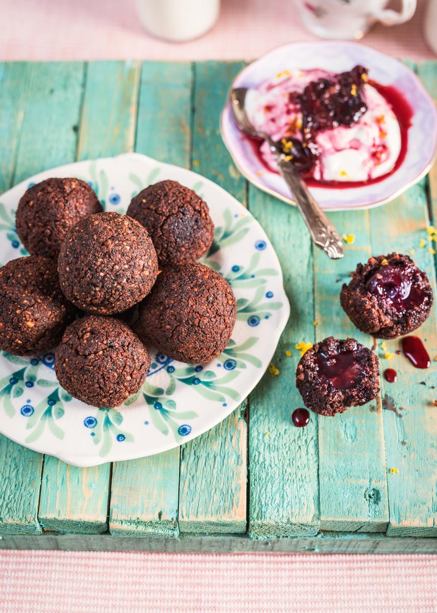FALAFELS AU CHOCOLAT FAÇON CHERRY BLOSSOM Vous voici devant ce que je qualifierais comme étant la recette la plus originale du livre : des falafels au chocolat noir farcis d'une cerise... →