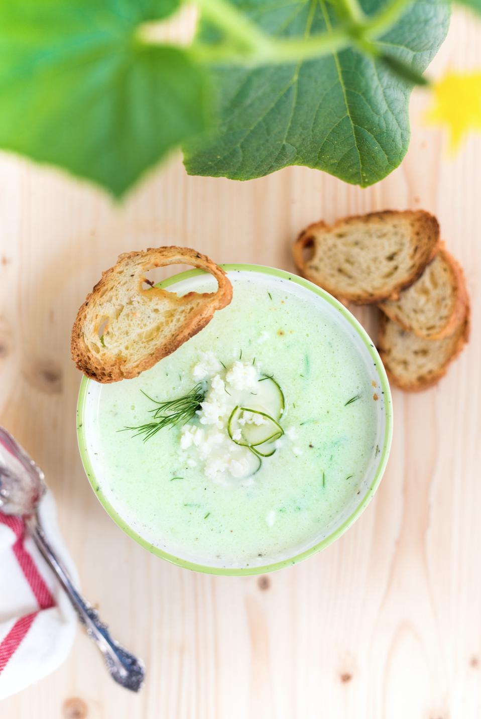 SOUPE FROIDE AU CONCOMBRE, YOGOURT ET ANETH Cette soupe est idéale lors des chaudes journées d'été. Un brin d'aneth viendra rehausser toutes les saveurs. →