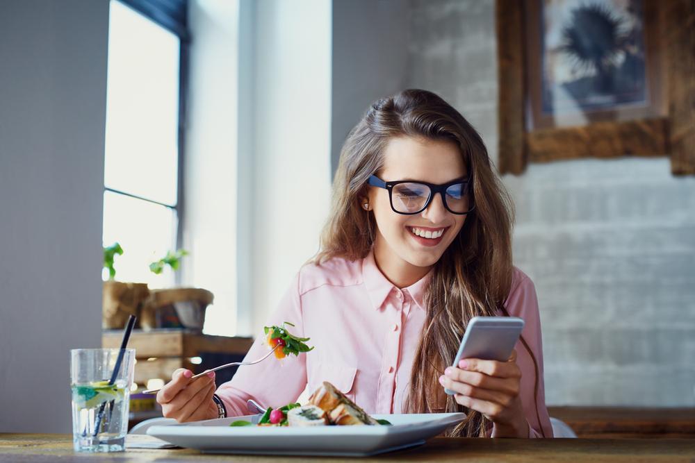 Jeune femme Réseaux sociaux Cellulaire Souper Lunch Dîner