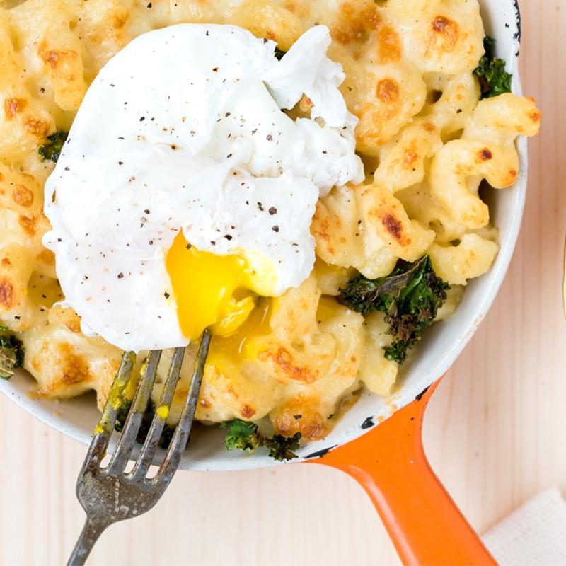 MAC'N'CHEESE DÉJEUNER 🍳 Cette délicieuse idée provient de mon livre de recettes Ma table festive : un macaroni au fromage à l'heure du déjeuner préparé avec du yogourt et du chou vert frisé! →