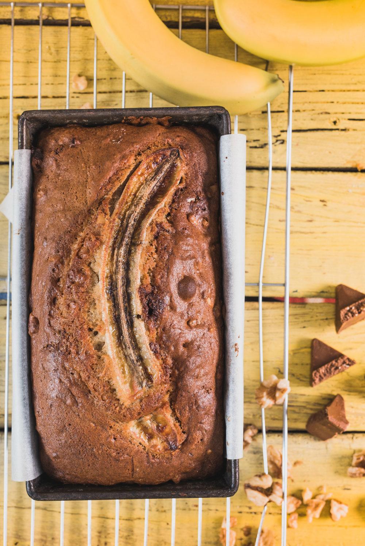 Pain aux bananes et Toblerone Photographie tirée du livre  Ma table festive  Photographe : Catherine Côté Styliste culinaire : Hubert Cormier
