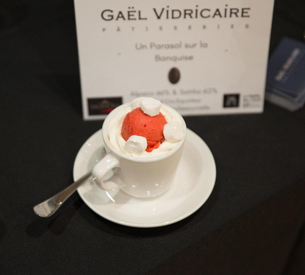 Mon chocolat chaud coup de  ❤️ par  Gaël Vidricaire  avec marshmallows maison et sorbet aux fraises Crédit photo : Camille Brunelle