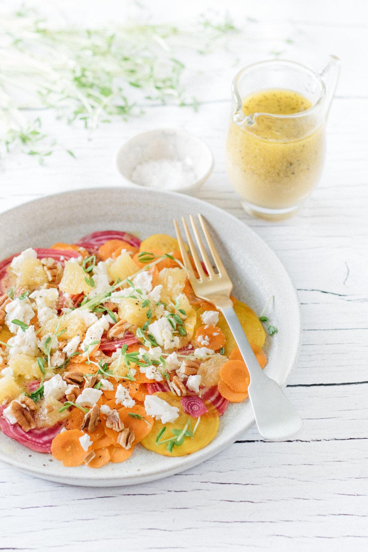 Croquante salade de carottes et betteraves arrosée d'une vinaigrette à l'orange et aux graines de pavot Photographie et stylisme culinaire : Hubert Cormier
