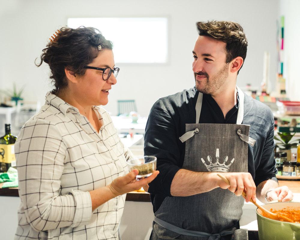 Catherine et moi partageons une passion commune pour la cuisine. Nous voici en train de préparer une  sauce à spaghetti!  Photographie : François Maisonneuve