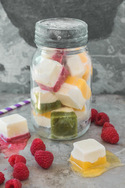 Cubes de smoothies congelés Photographie tirée du livre  Ma table festive  Photographie culinaire : Catherine Côté Stylisme culinaire : Hubert Cormier