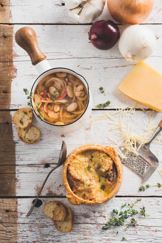 Soupe à L'oignon avec haricots blancs Photographie tirée du livre  Légumineuses & Cie  Photographie culinaire : Catherine Côté Stylisme culinaire : Hubert Cormier