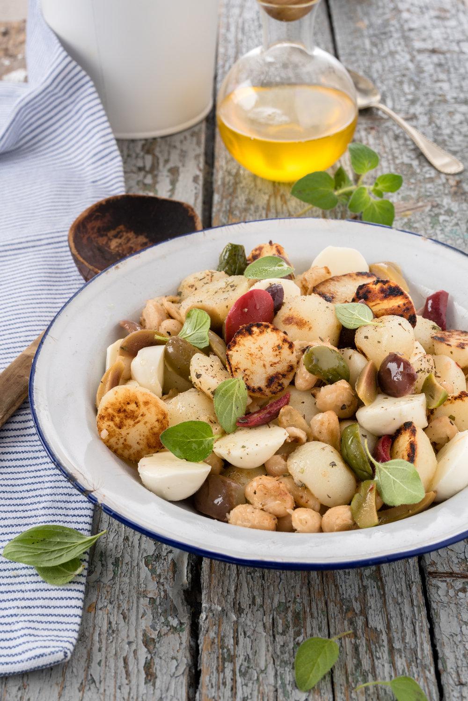 Salade de patates, d'olives et de haricots Photographie tirée du livre  Légumineuses & Cie  Photographie culinaire : Catherine Côté Stylisme culinaire : Hubert Cormier