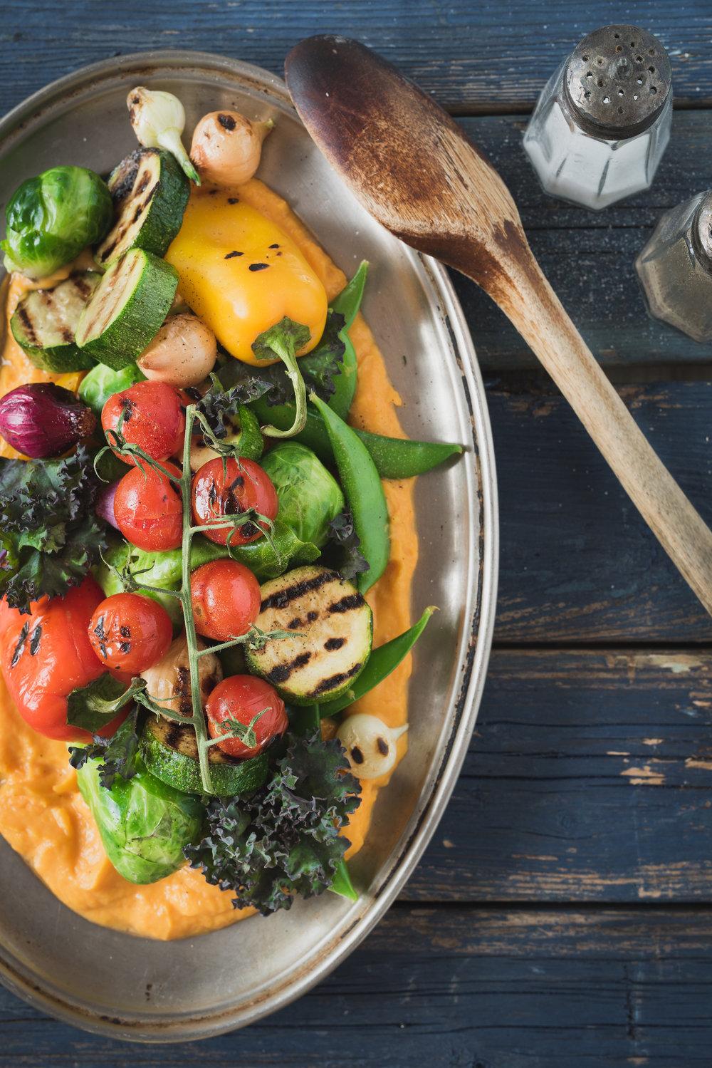 Sauté vitaminé à la patate douce Photographie tirée du livre  Ma table festive  Photographie culinaire : Catherine Côté Stylisme culinaire : Hubert Cormier