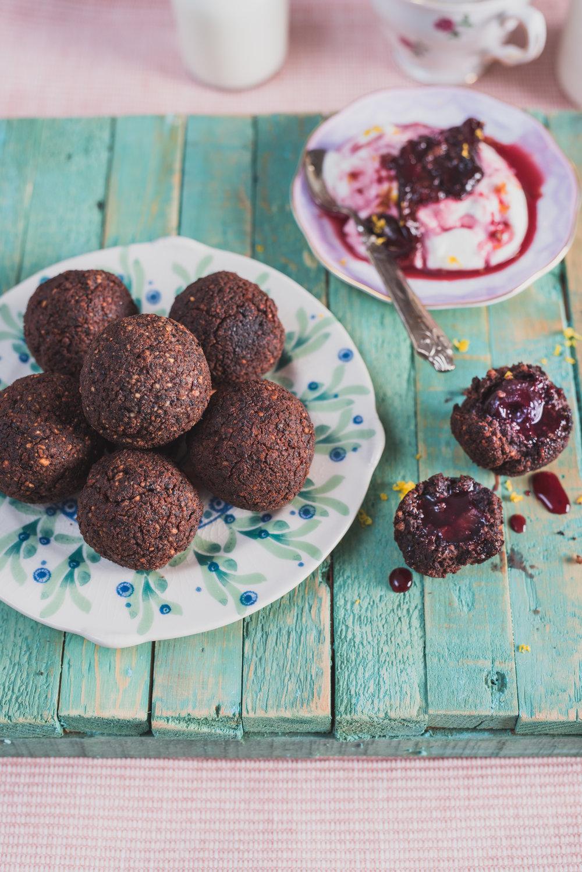 Falafels au chocolat façon cherry blossom Photographie tirée du livre  Légumineuses & Cie  Photographie culinaire : Catherine Côté Stylisme culinaire : Hubert Cormier