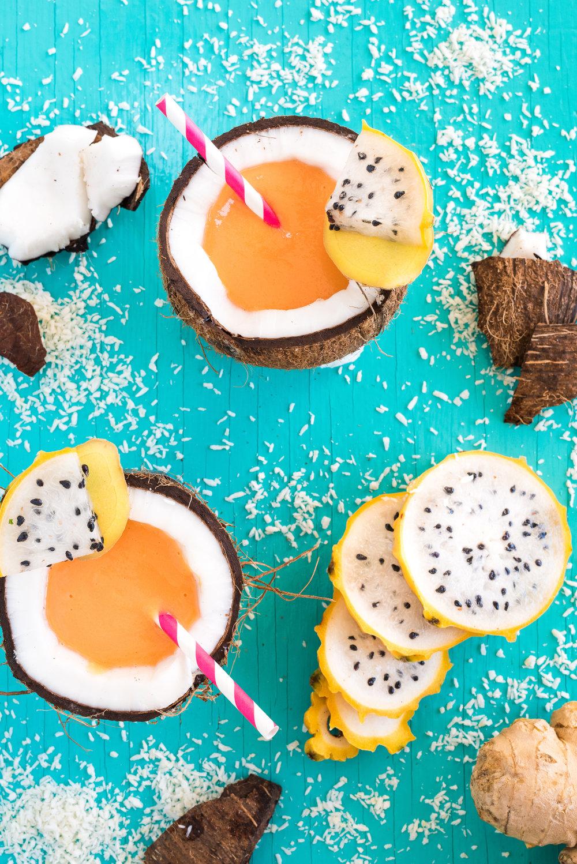 Smoothie aux carottes, papaye et gingembre Photographie tirée du livre  Légumineuses & Cie  Photographie culinaire : Catherine Côté Stylisme culinaire : Hubert Cormier