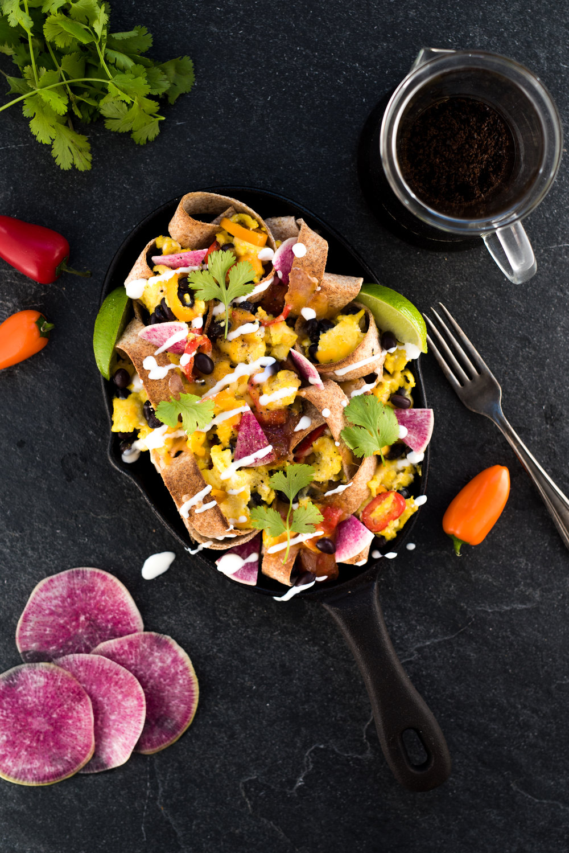 Chilaquiles coloré - J'adore les œufs, car c'est un aliment polyvalent qui peut être apprêté de multiples façons. En Amérique du Nord, les œufs volent la vedette au petit-déjeuner, mais ils peuvent également être incorporés dans des soupes, salades et sandwichs. Ici, je décompose le wrap-déjeuner pour en faire un plat qui tire ses origines du Mexique : le chilaquiles. Il s'agit de couper des lanières de tortillas de blé et de les faire griller puis d'y ajouter la préparation à base d'œufs, un peu comme une omelette.(Voir recette)