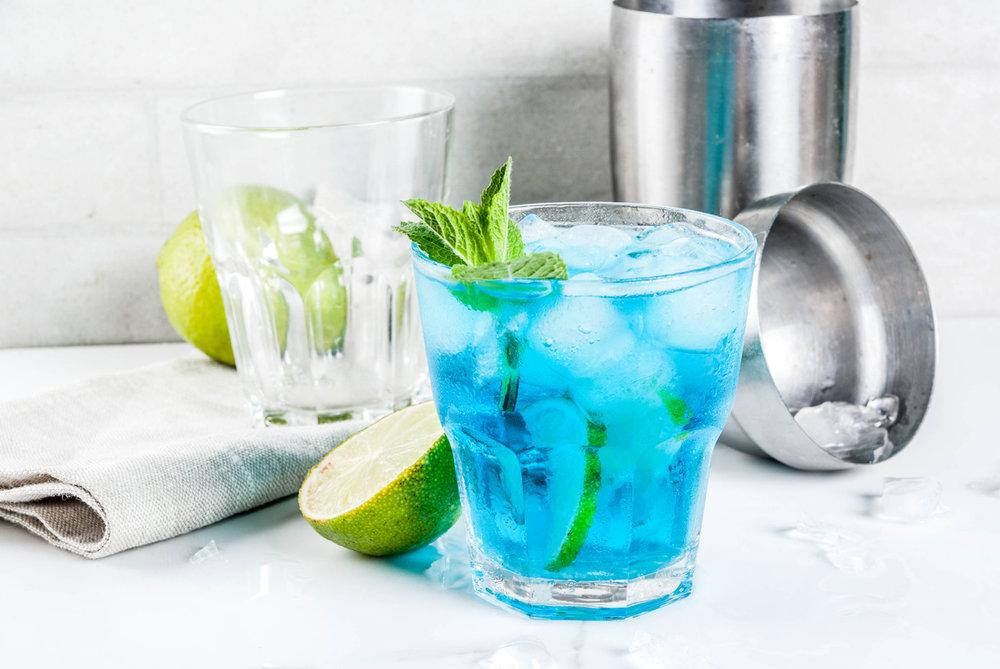 Gin tonic bleu qui se change en rose