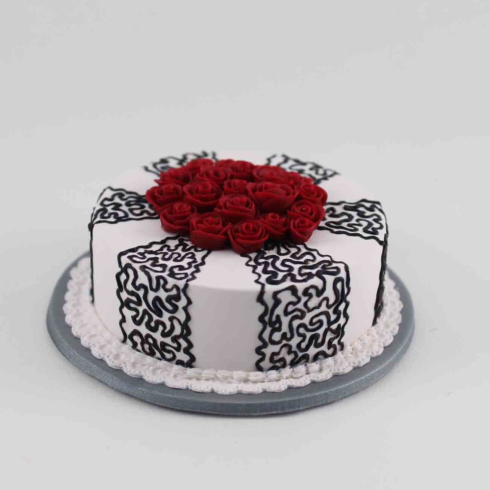 single tier wedding cake with burgandy roses.jpg
