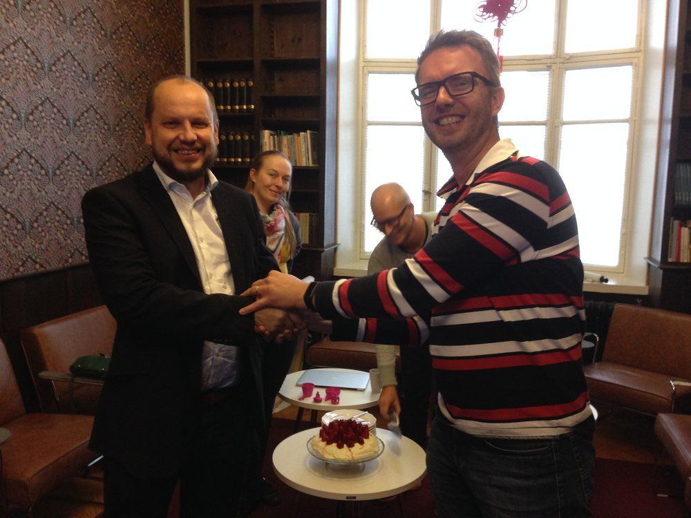 3DBear CEO Kristo Lehtonen is shaking hands with xEdu CEO Antti Korhonen