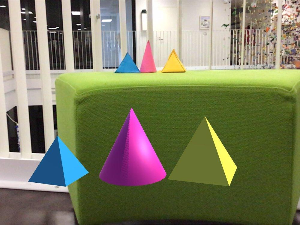 Lapset tutustuivat perusmuotoihin rakentamalla niitä ensin paperista ja sitten etsimällä samoja muotoja 3DBearissa