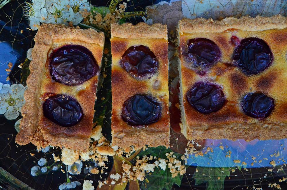 Plum-tart-from-above-slices-2-Maureen-Abood.jpg
