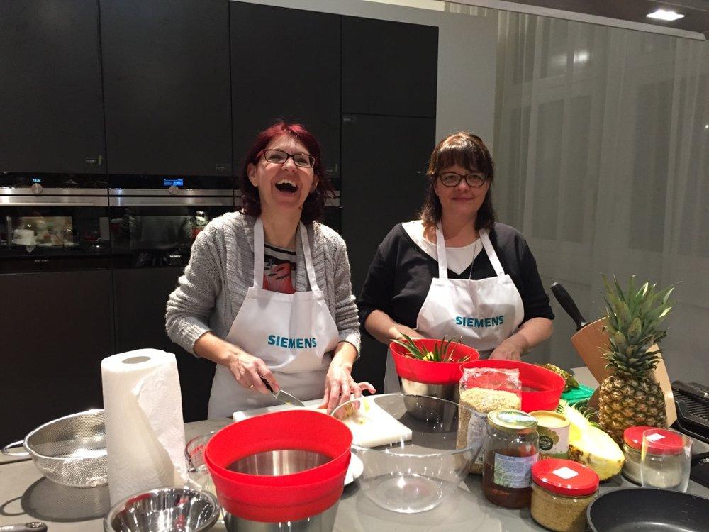 Siemens cookingClub_Damen beim Dessert_Nina Mandl TCM_1803.jpg