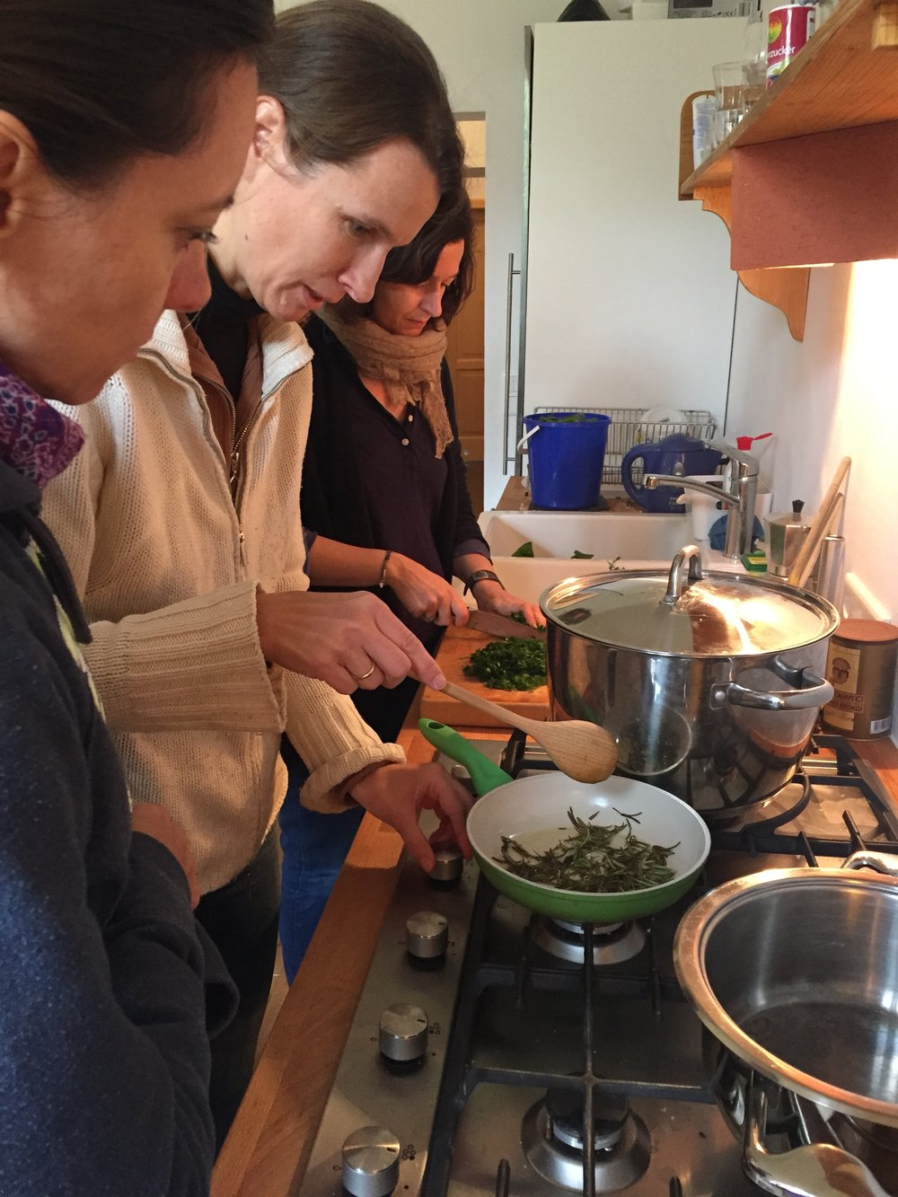 Damen  am Herd_ 5 Elemente Workshop_Nina Mandl TCM.jpg