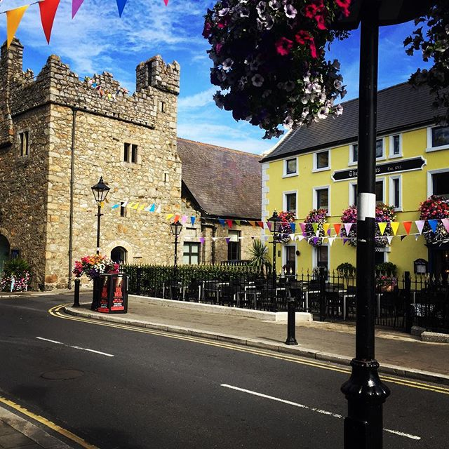 My street #Daley #thequeenshead #castle #ireland