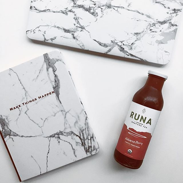All the marble to prep for the upcoming week 👌🏻. Journaling for the week ahead and writing down intentions and goals (and some goals include doing less). One of my goals this week is to cut down on coffee because I tend to feel more anxious when I drink it. Thankfully, I recently tried out @drinkruna and absolutely LOVE their teas. They're made with organic guayusa leaf from the Amazonian rainforest. It has caffeine from the tea leaves, but doesn't leave me with anxiety or an upset stomach, which is a serious win. Plus, they are ridiculously delicious (I couldn't get my husband to stop drinking my stash 🤣). My personal favorite flavor is the Mint Honeysuckle and its unsweetened, too! Thank you so much for the amazing teas, @drinkruna!!!