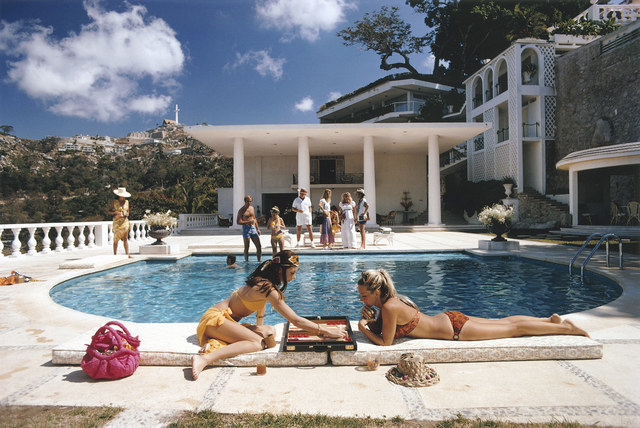 Slim Aarons,  Poolside Backgammon , 1972
